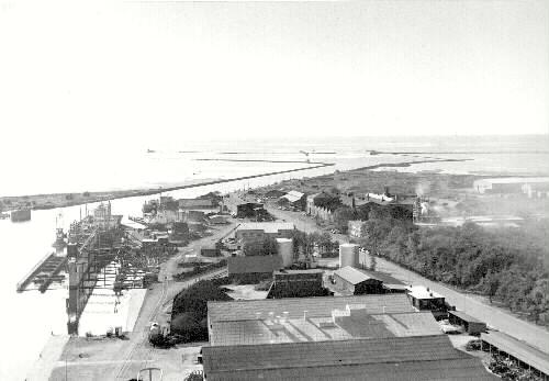 Foto över hamninloppet och bl.a. varvet och gjuteriet.