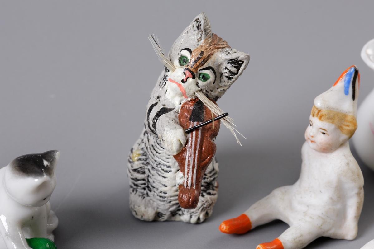 Leksaker - porslinsfigurer, dockor, djur, kaffekoppar, fat och tilbringare. En stenkula, metallsko m.m.