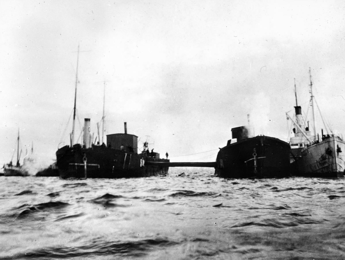 To løftefartøyer i ferd med å heve et fartøy.