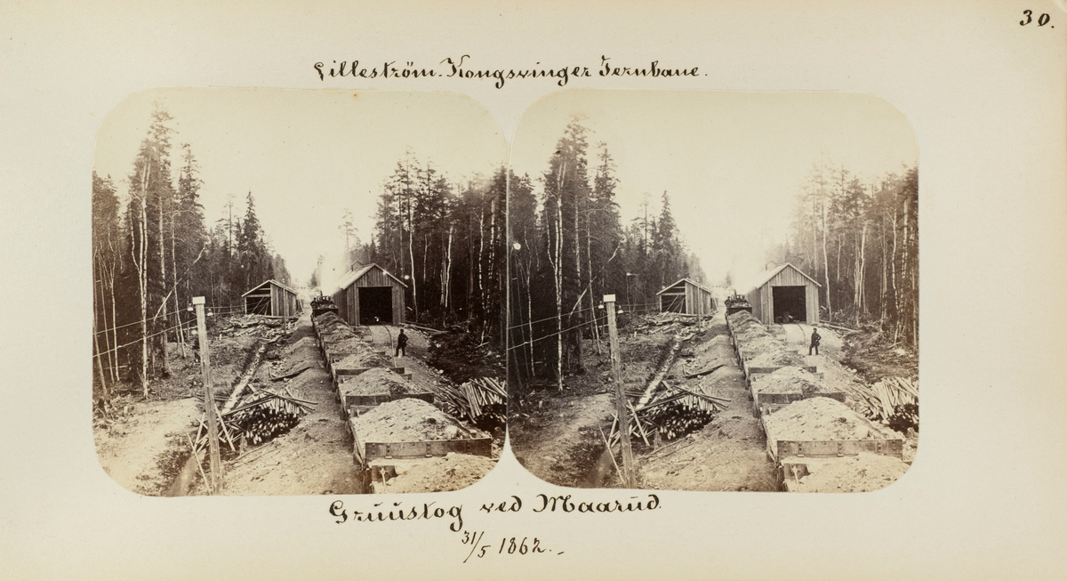 Grustog under anlegget av Kongsvingerbanen, her ved Mårud grustak mellom Seterstøa og Disenå, fotografert bakfra med grusvognene i forgrunnen og lokomotivet lengst borte. Til høyre en provisorisk lokomotivstall