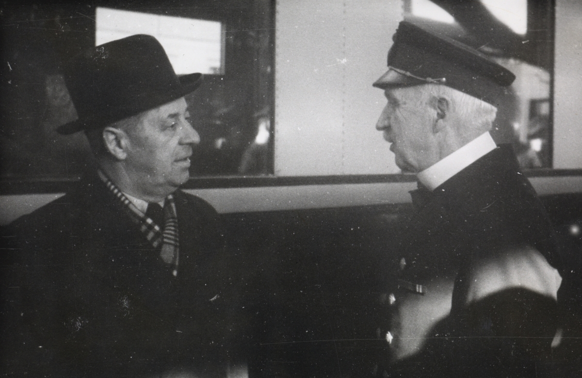 Fra en prøvetur med elektrisk motorvognsett type 106. Adolf Bech i samtale med en svensk jernbanemann