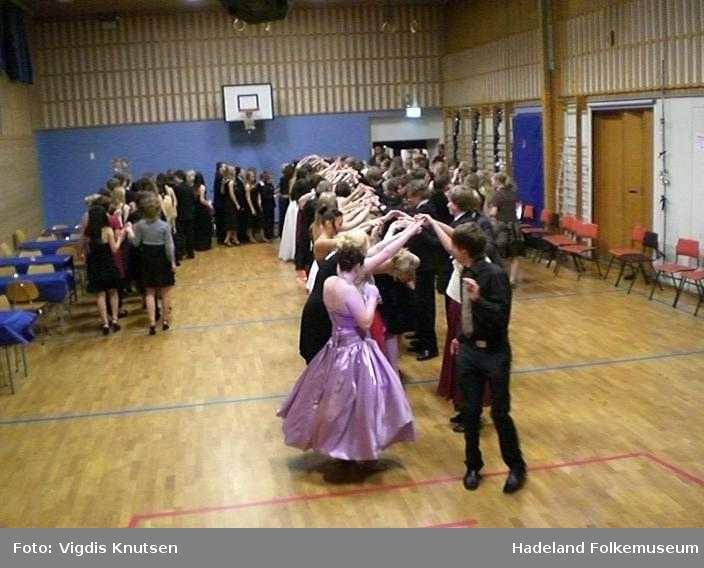Ball på Lunner ungdomsskole. Utstilling, elever som danser polonese.