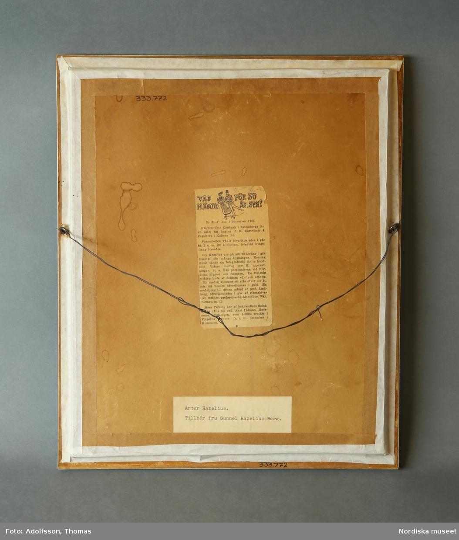 Inramat porträtt i profil av Artur Hazelius. Utförd i rödfärgad gips, infäst i mot bakgrund.