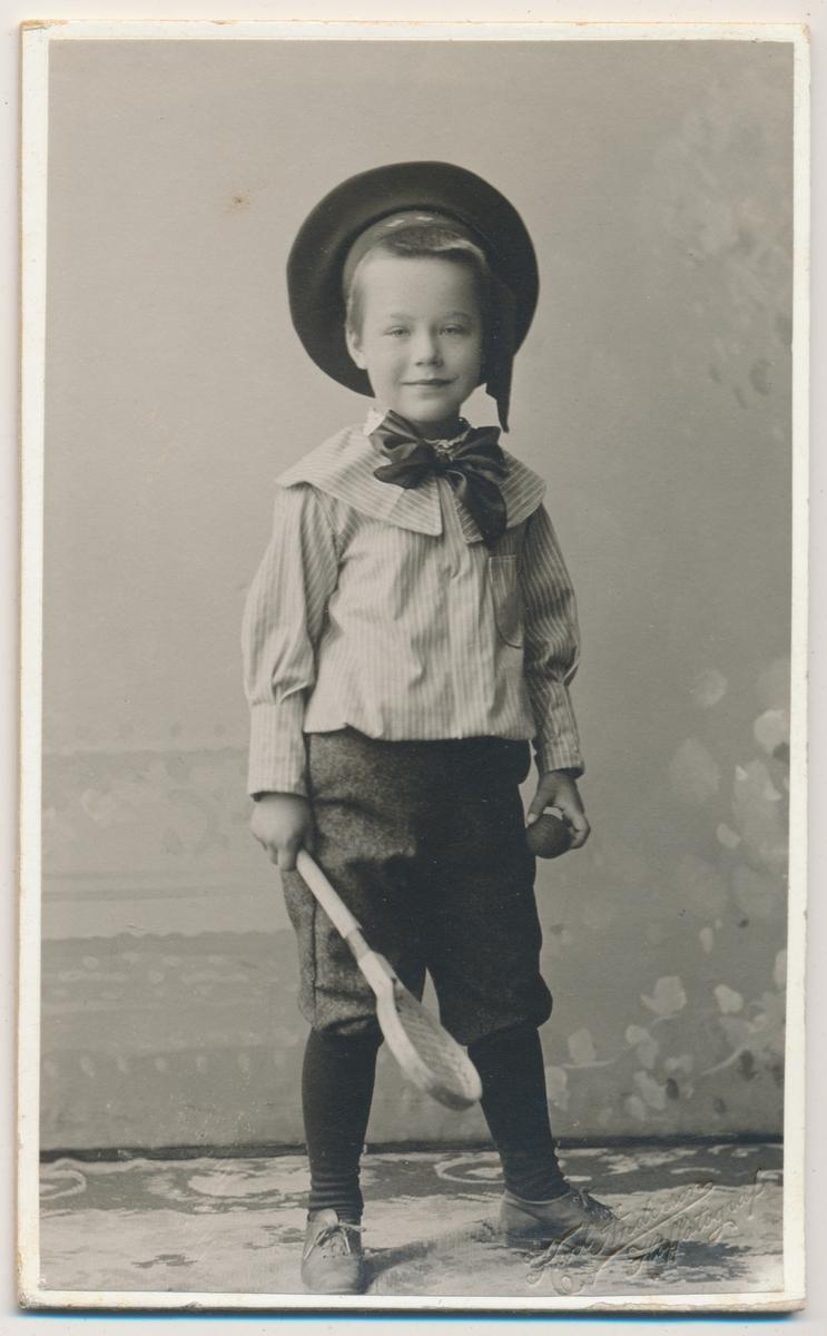 Helfoto av liten gutt med rackert og ball, ukjent