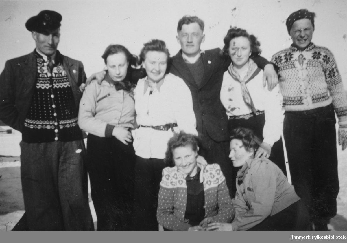 Børselv ca. 1940-1943. Fra venstre: Hans Sandeng, Ragna Samuelsen, Oline Hansen, Hilmar Pedersen, ?, Andreas Hansen. Foran fra venstre: ?, Lovise Aronsen.