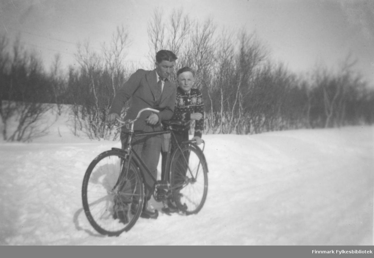 Martin Samuelsen og Alf Nilsen-Børsskog ved sykkelen. Alf Nilsen-Børsskog er i dette bildet rundt 13-14 år gammel, bildet er er fra ca. 1941-1942. Alf Nilsen-Børsskog var den første romanforfatteren som skrev på kvensk. Hans bøker sies å være en hyllest til kvenene og deres kultur.