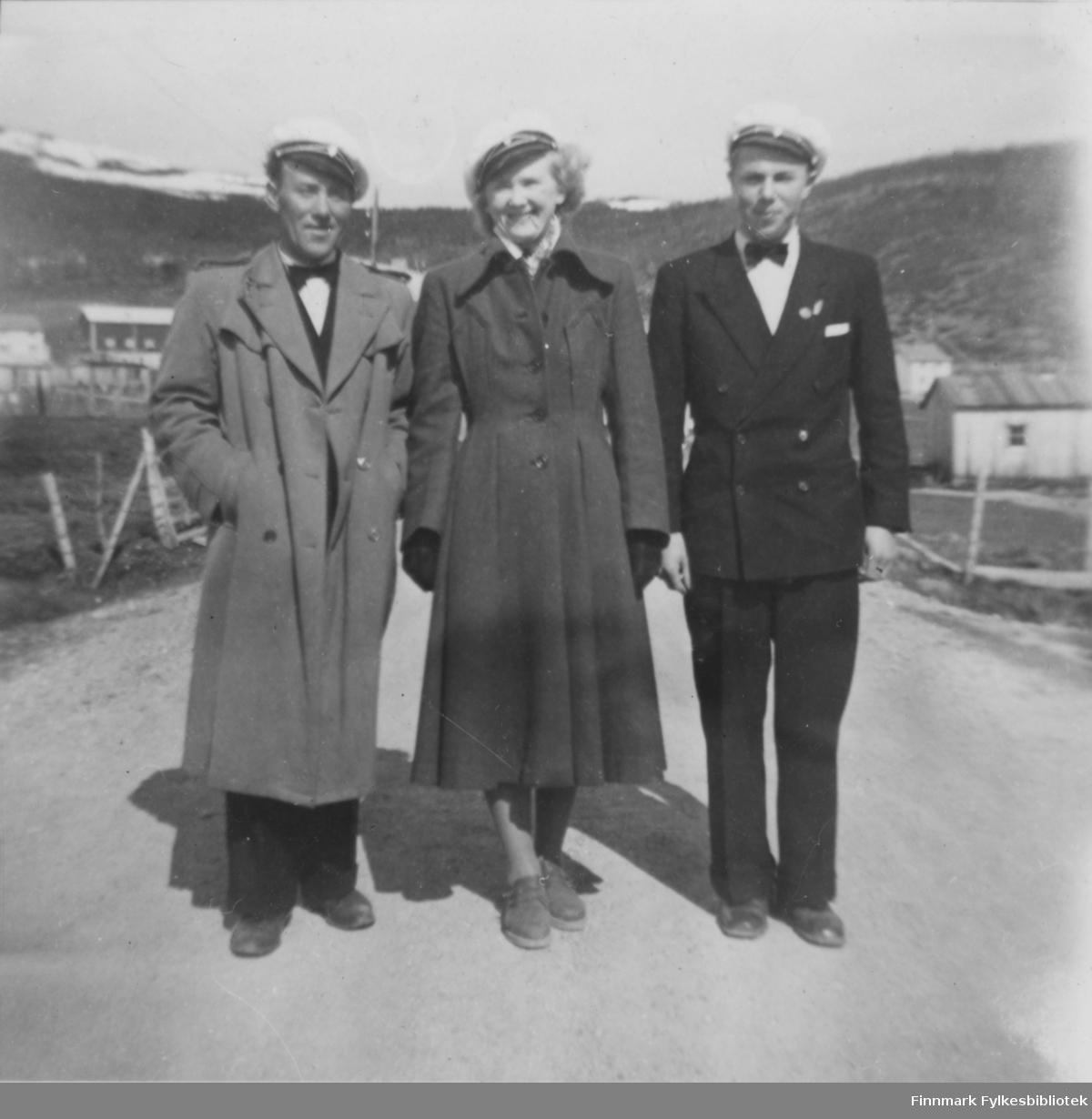 17. mai feiring i Nordvågen rundt 1948. Personene har sangerluer på seg. Irene Natalie Eriksen (født Helgesen) i midten. Trygve Eriksen til høyre og Magnus Johansen til venstre.
