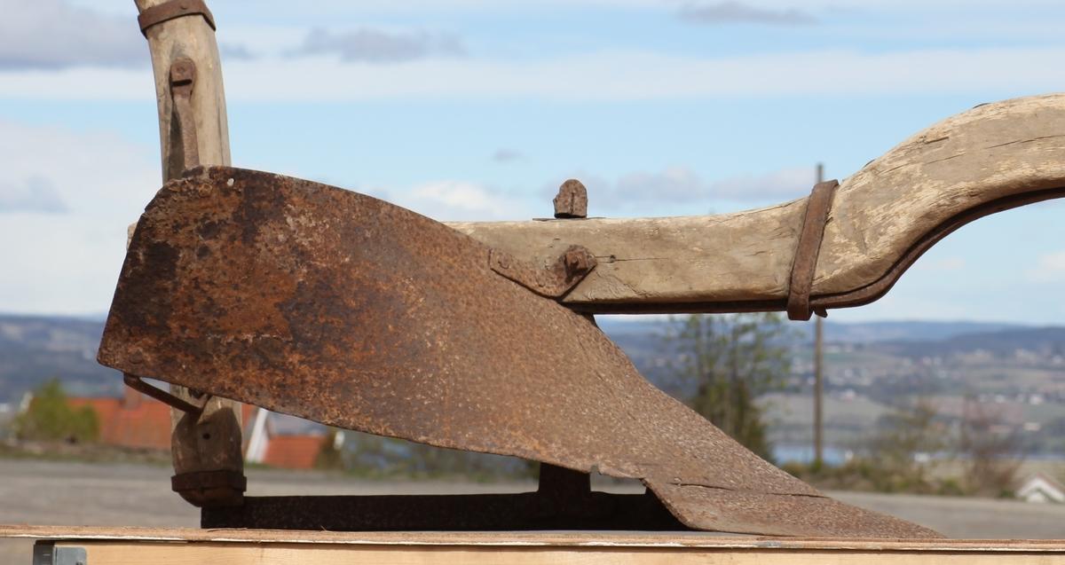 Plogen har treås av bjørk med naturlig krok, kroken er uvanlig stor. Beksel med 4 stillinger og ploghempe. Åsen har solid beslag, under ved ristillfestet går en jernring rundt, plogen har landstang med påsveiset skjær og veltefjølsfeste. Veltefjølen er en del for seg selv, mulig reparert, veltefjølen er vridd og festet bakerst med to støtter til styret. Til landstangen er sveiset et solid flatt jern som går loddrett opp gjennom åsen og er skrudd fast der. Åsen er bakerst tappet gjennom styret og bleiet fast, blei over og under for dybdeinnstilling, styret bøyer bakover i to horn.
