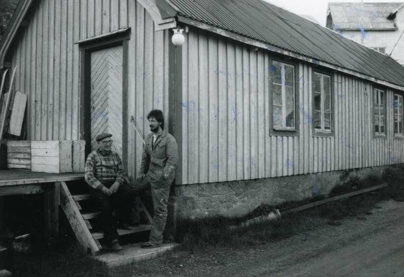 To menn utenfor hus