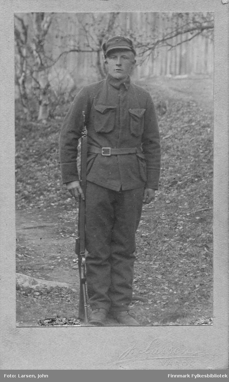 Helfigur portrett av en mann i (finsk?) militær uniform.