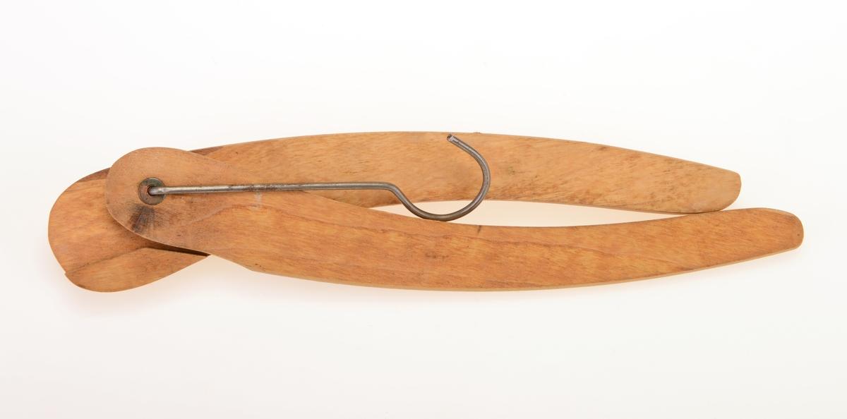 En enkel konveksformet klesehenger av tre. Det er en enkel metallkrok for oppheng. Kleshengeren er laget slik at den er sammenleggbar. Den er satt sammen av to omtrent like stykker, hver på 25cm. Den brettes sammen på midten.