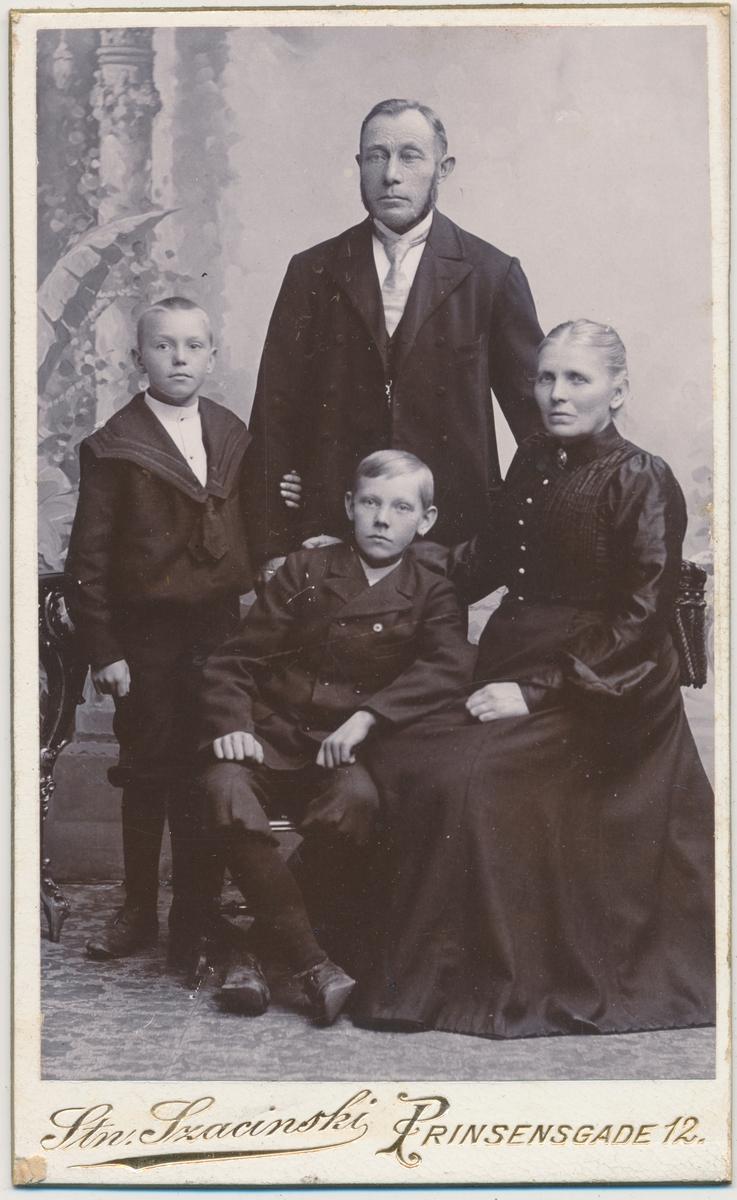 Familiefotoav mor, far og to små sønner, ukjente