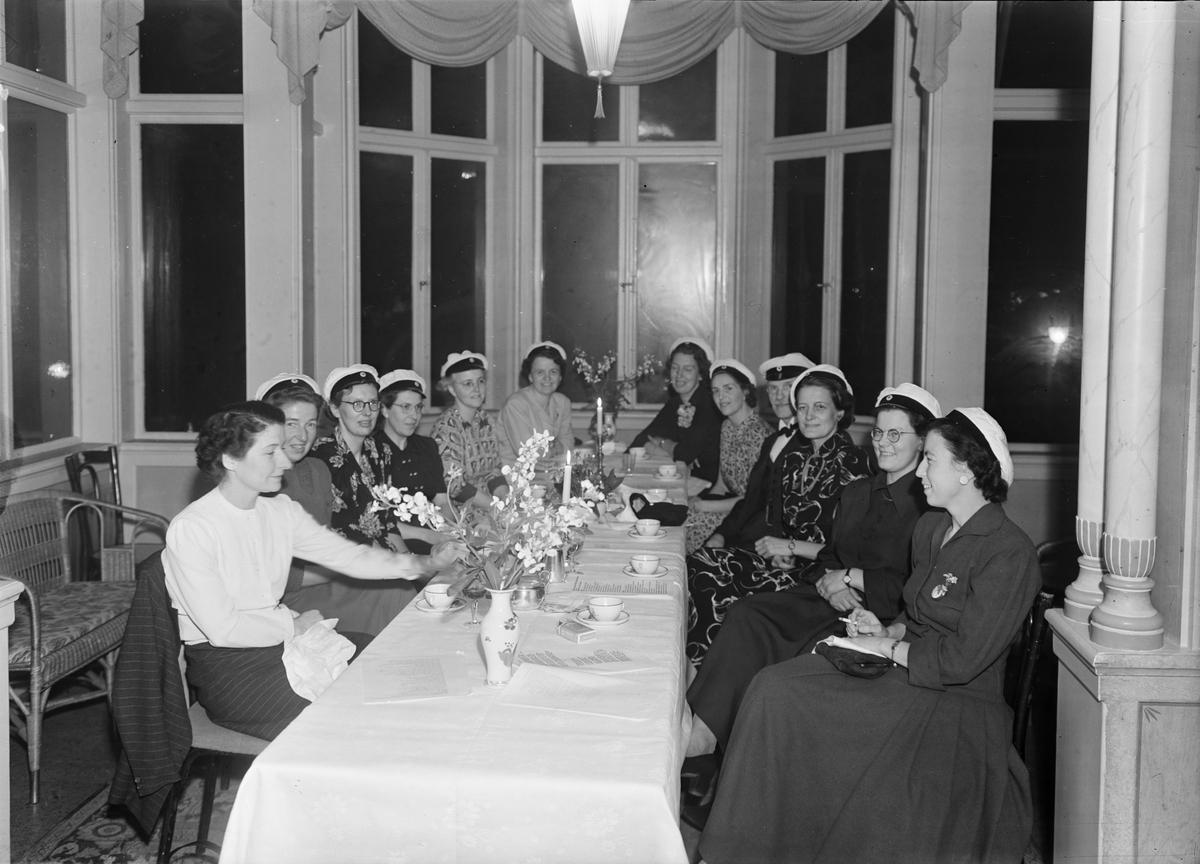 Kvinnliga studenter på restaurang Flustret, Uppsala 1949