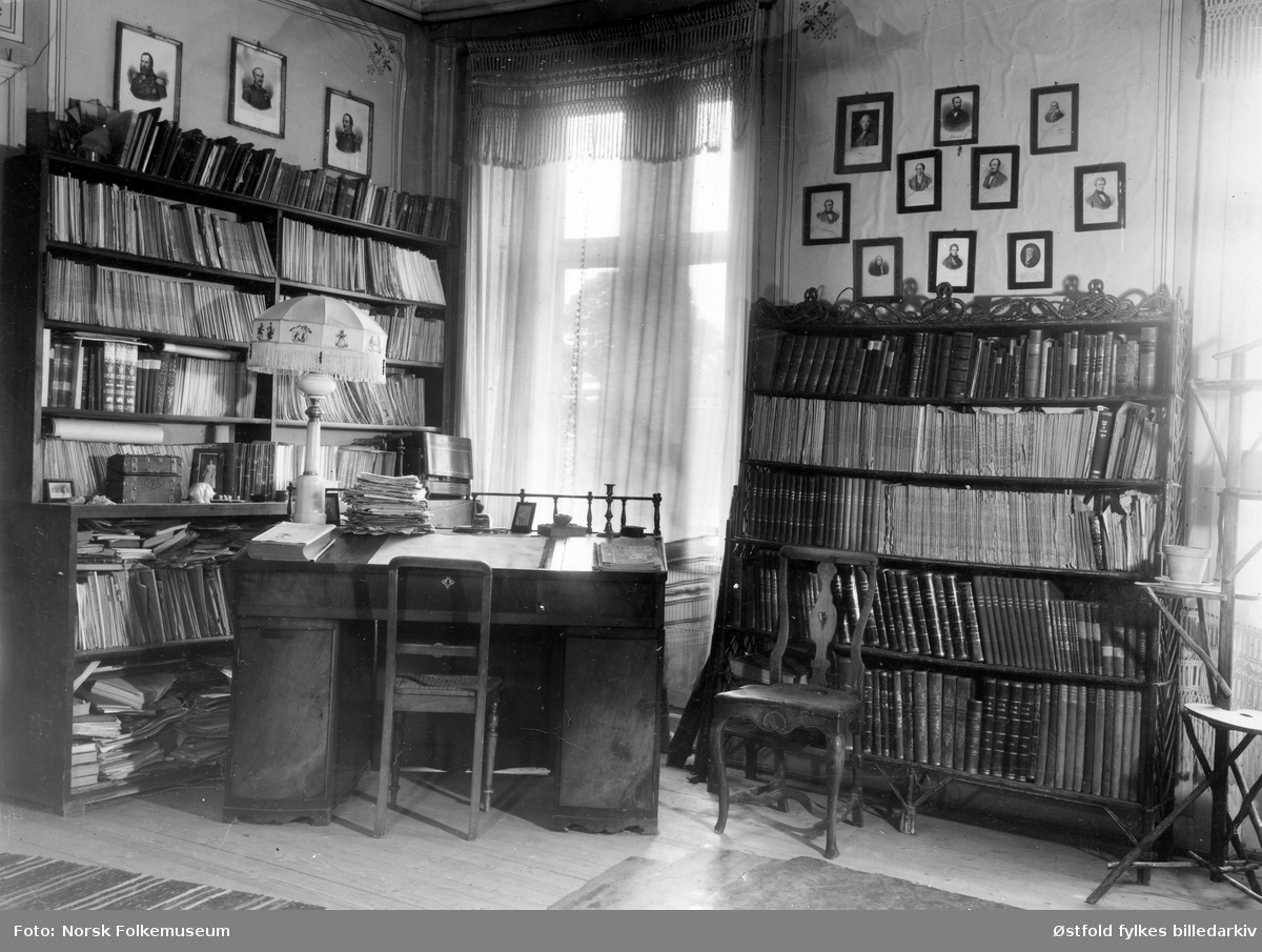 """Vevlen gård i Idd ved Halden 1949-50.. Tittel under bildet """"Biblioteket, rom nr. 2."""""""