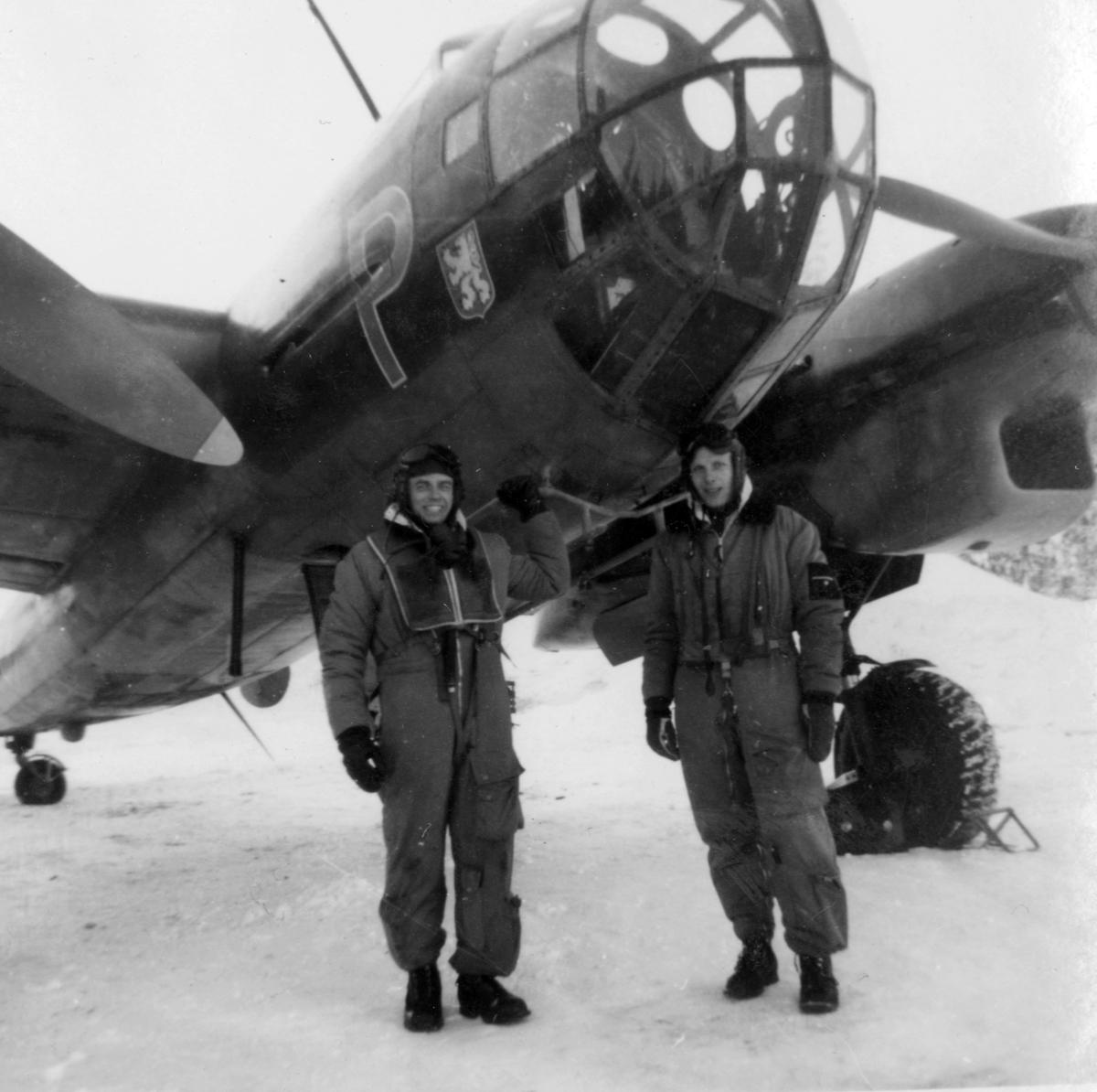 Flygmekaniker och flygförare från F 14 framför flygplan B 18 i februari 1946, i samband med planerad flygning Halmstad-Kiruna. Flygningen slutade i nödlandning i Härnösand den 10 februari.