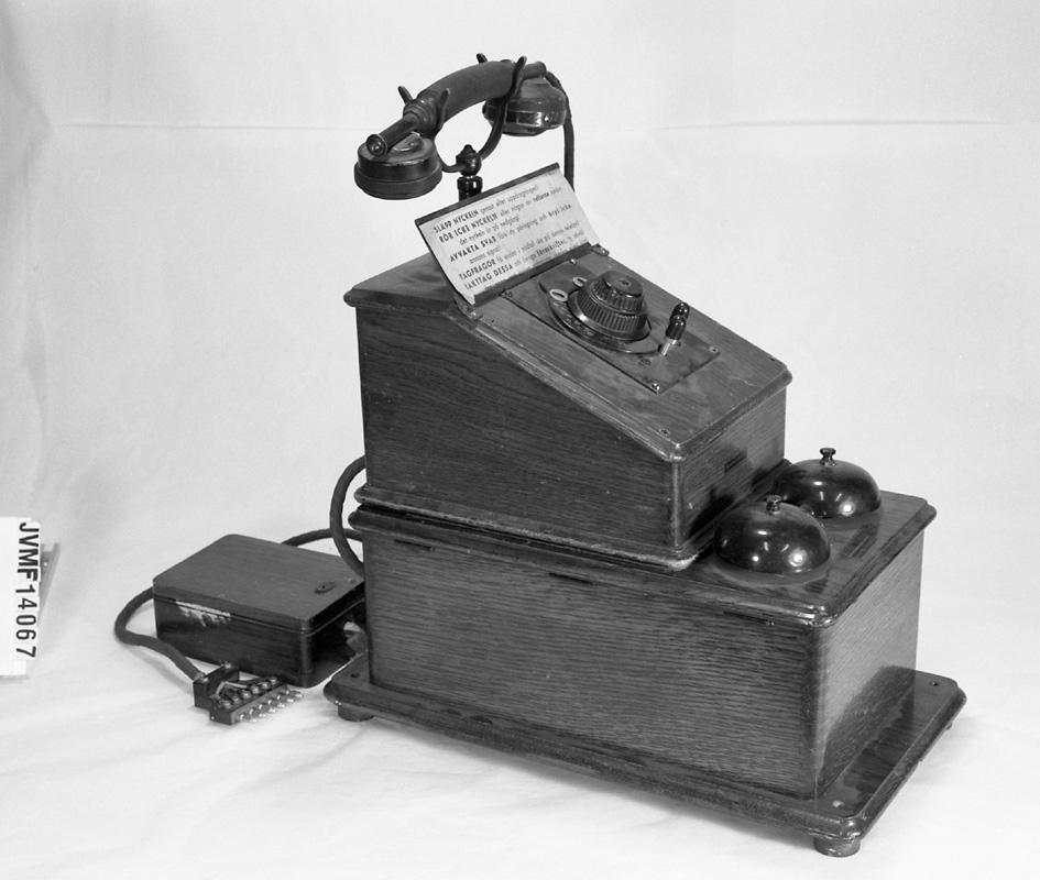 Bantelefon. Kopplingsdosor som tillbehör, av trä med ringklockor av metall.  lxbxh 195x260x310 mm lxbxh 230x415x220 mm lxbxh 111x155x70