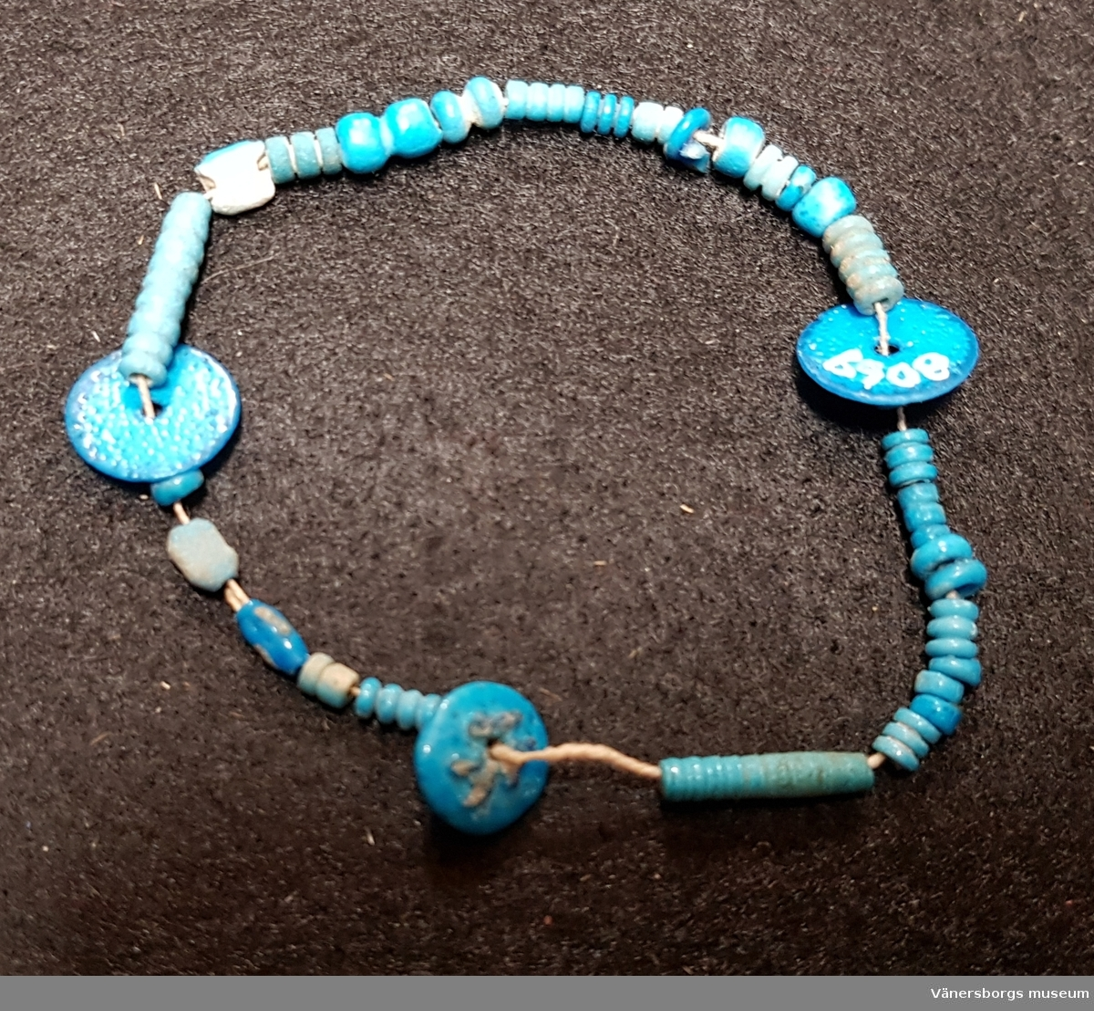 Armband. Ingår i en samling mumieprydnader från en grav i Thebe.