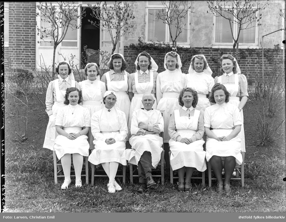 Personalet ved Mødrehjemmet i Sarpsborg 1944. Ant. utenfor Sarpsborg sykehus.