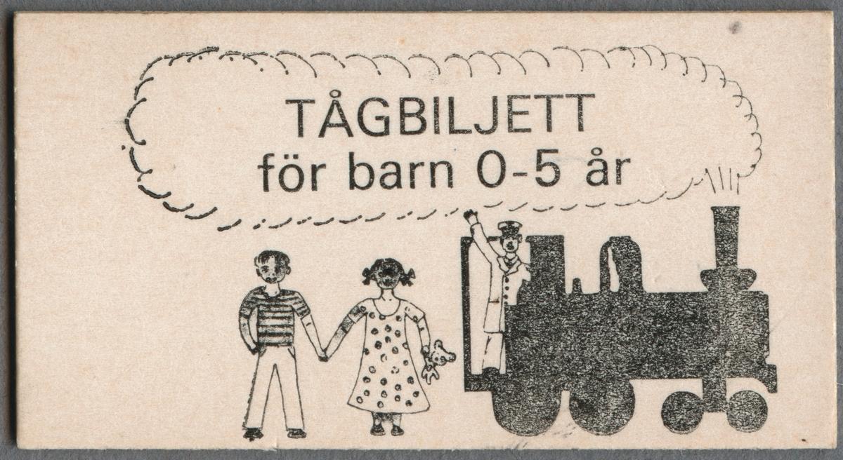 """Jubileumsresebiljett, från firandet av SJ 125 år, av vit papp i Edmondsonskt format. På ena sidan står det """"TÅGBILJETT för barn 0-5 år"""". Runt texten är konturerna av ett rökmoln som kommer ut ett ånglok. I förarhytten står en lokförare och vinkar. Till vänster i bild står en pojke och en flicka och håller varandra i handen. Flickan hållen en nalle i den andra handen. På baksidan står det """"GRATTIS"""" samt """"SJ 125 år"""" inom en lagerkrans."""