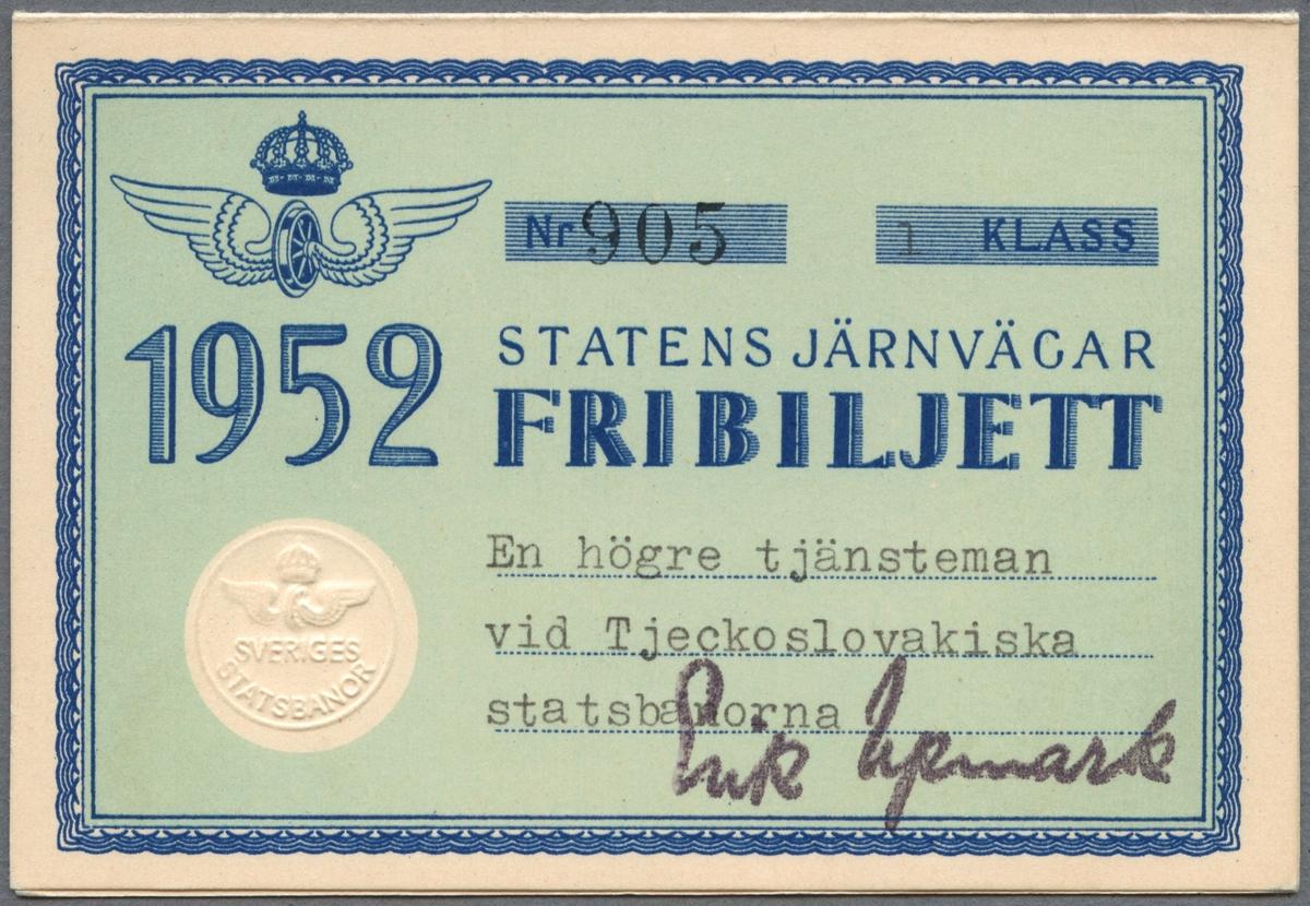 """Fribiljett i första klass på Statens järnvägar från året 1952. Biljetten består av ett vikt papper med ljusblå botten och vit kant med en blå dekorativ bård runt det ljusblå fältet i mitten. Statens Järnvägars logotyp är tryckt i blått på framsidan. Biljetten är enligt texten på framsidan utfärdad för """"En högre tjänsteman vid Tjeckoslovakiska statsbanorna"""" och signerad """"Erik Upmark"""". På baksidan finns resevillkor på svenska och franska. Mittuppslaget visar järnvägsnätet i Sverige med en del som visar norra halvan av landet, en del som visar södra delen av landet samt en inzoomning av Skåne i en ruta i mitten. Kartan visar även två färjeleder som biljetten gäller på."""