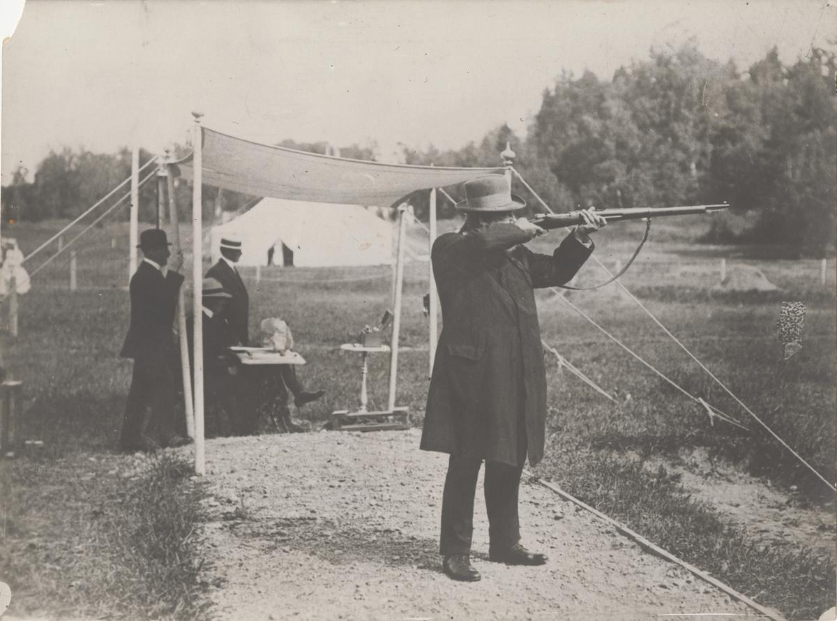 Grupp M I.  Fotografi föreställande kamrer Oscar Gomer Swahn (1847-1927) under skjutning. Fotografiet har tillhört kamrer Swahn.