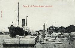 Oscar II ved Fæstningsbryggen, Christiania. Brevkort, postko