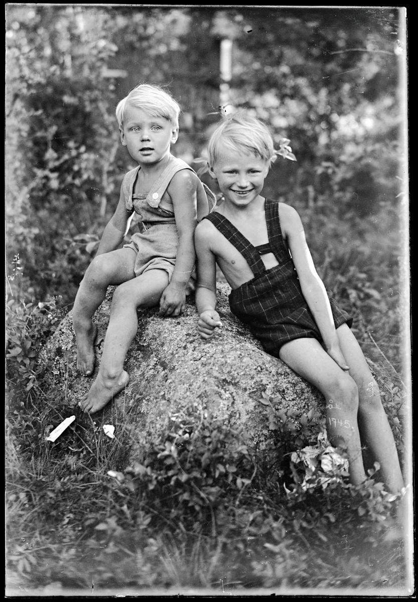 Två pojkar i kortbyxor