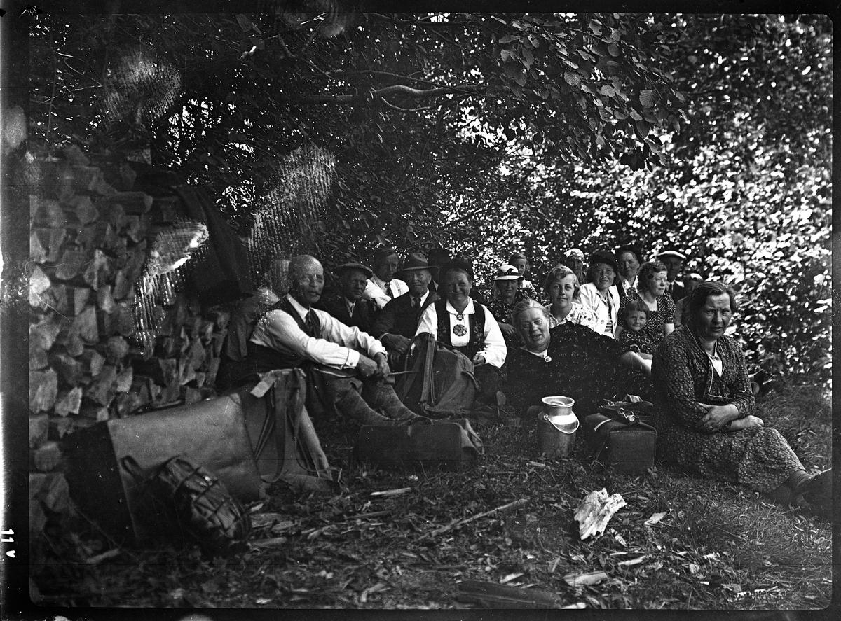 Fotosamling etter Bendik Ketilson Taraldlien (1863-1951) Fyresdal. Gårdbruker, fotograf og skogbruksmann. Fotosamlingen etter fotograf Taraldlien dokumenterer områdene Fyresdal og omegn.  Gruppeportrett, Setesdal.