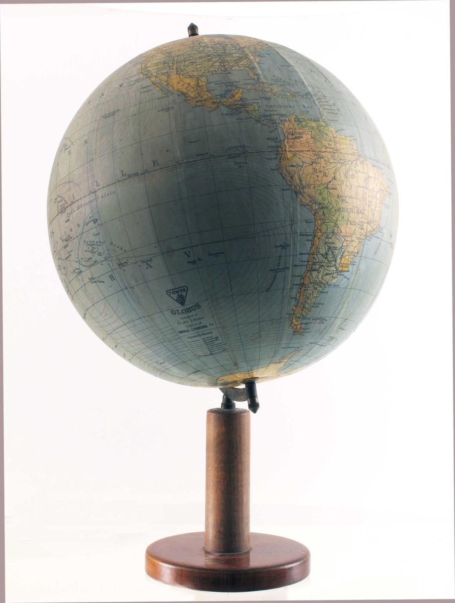 Rund dreibar kule med kart montert på aksling, på stativ med fot. Kartet er produsert ved trykking, som er skåret opp i fliker tilpasset kuleformen.