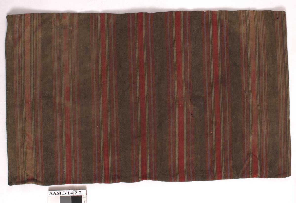 Striper:  2 smale røde, litt bredere blå, 2 smale røde, 2 smale gråhvite, bred rød, 2 smale gråhvite, litt bredere blå og to smale røde i totalt 7,5 apporter med 4,5 cm bredt brunt felt mellom.
