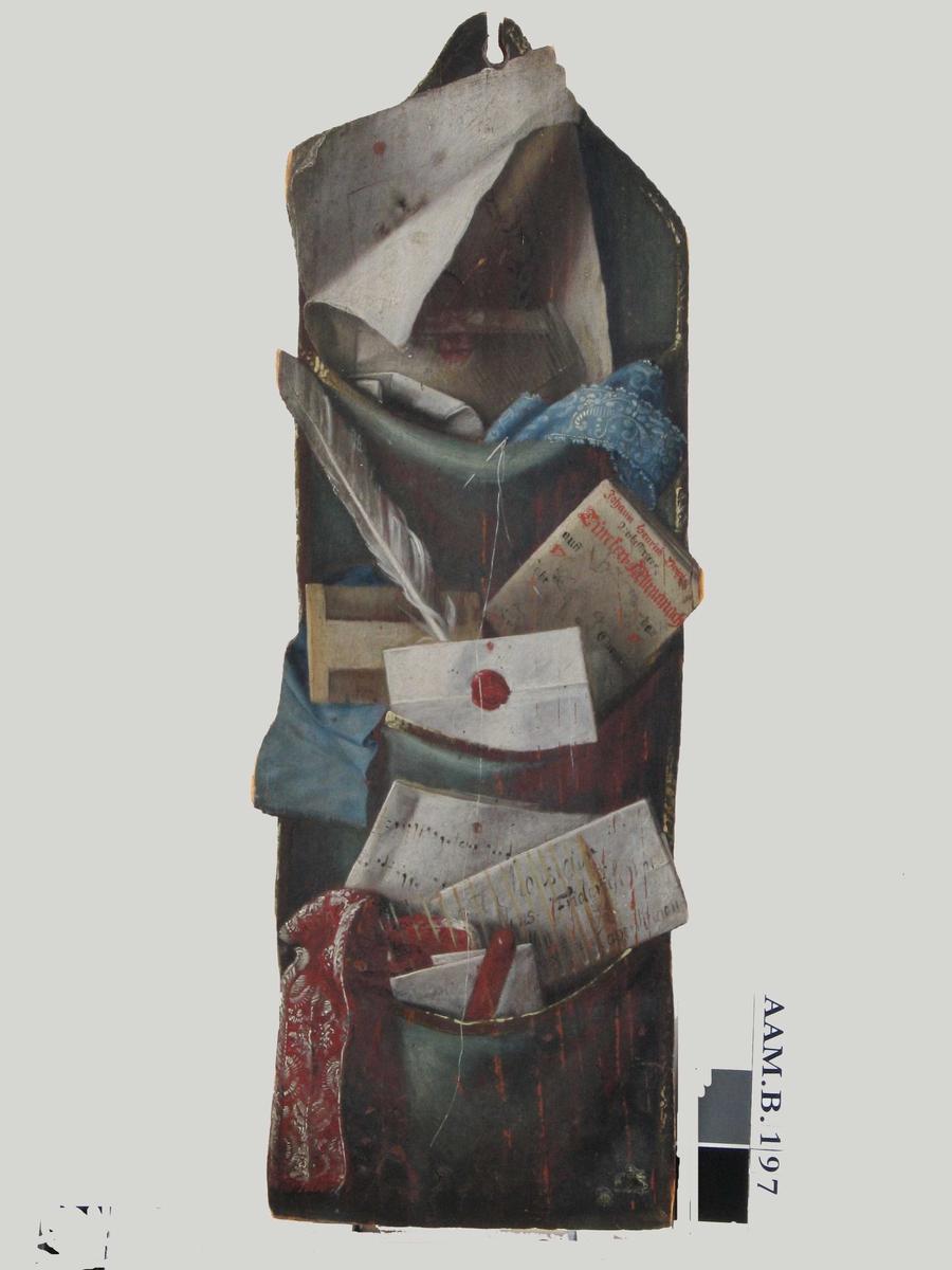 Malt veggpose med brev og skrivesaker.  En lang, smal veggpose, changeant silke blekgrønt-dyprødt, med tre lommer over hverandre, kantet med gullbånd. I øverste lomme er det stukket ned et stort sammenbrettet ark, ser ut til å være et stikk, og et brev med rødt segl, foran dette en kam av horn, et lyseblått blondebånd, og stukket inn i lommens forside en synål med lang hvit tråd som henger ned foran hele posen, typisk illusjonsmaleri-effekt.   I neste lomme ser man Johann Henvrich Voigts Verbesserter Türcken -Allmaqnach.. auss... da 17 11 Jahr... Christus ..., en færpenn, et forseglet brev m. våpen i lakkseglet, en elfenbenskam og et stykke blått bredt silkebånd.   I nederste lomme: Et blad med håndskrevne noter, et brev med adressse; A Monsieur Jens Friderichsen A Copenhagen, ....sen, ...oresunt; et stykke sammenbrettet papir, en hornkam, en rød lakkstang, et stykke rødt brokadebånd med hvitt mønster.   (Smlgn. NF`s interipør fra Strømmen ved Arendal: Illustjonsmaleri ov. chatollet.)