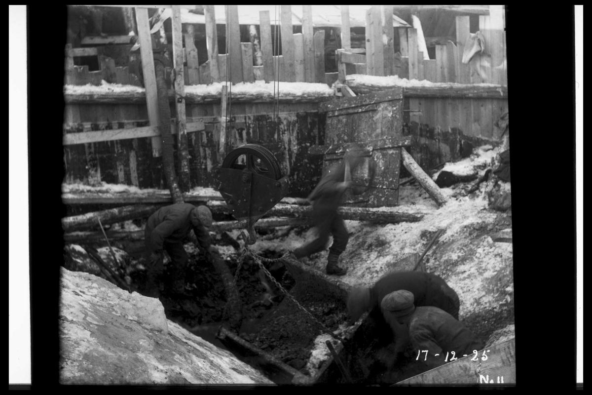 Arendal Fossekompani i begynnelsen av 1900-tallet CD merket 0010, Bilde: 19 Sted: Flatenfoss i 1925 Beskrivelse: Arbeid på kraftstasjonstomta
