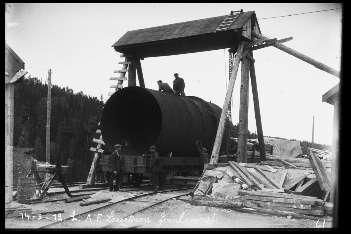 Arendal Fossekompani i begynnelsen av 1900-tallet CD merket 0469, Bilde: 11 Sted: Bøylefoss Beskrivelse: Traverskrana med rørdel på tralle