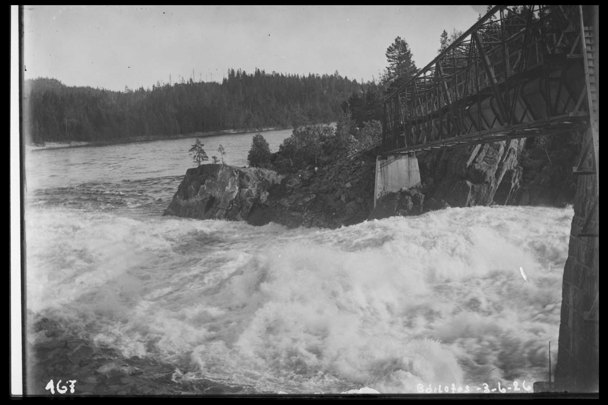 Arendal Fossekompani i begynnelsen av 1900-tallet CD merket 0469, Bilde: 17 Sted: Bøylefoss Beskrivelse: Fossen og tømmerrenna under flom