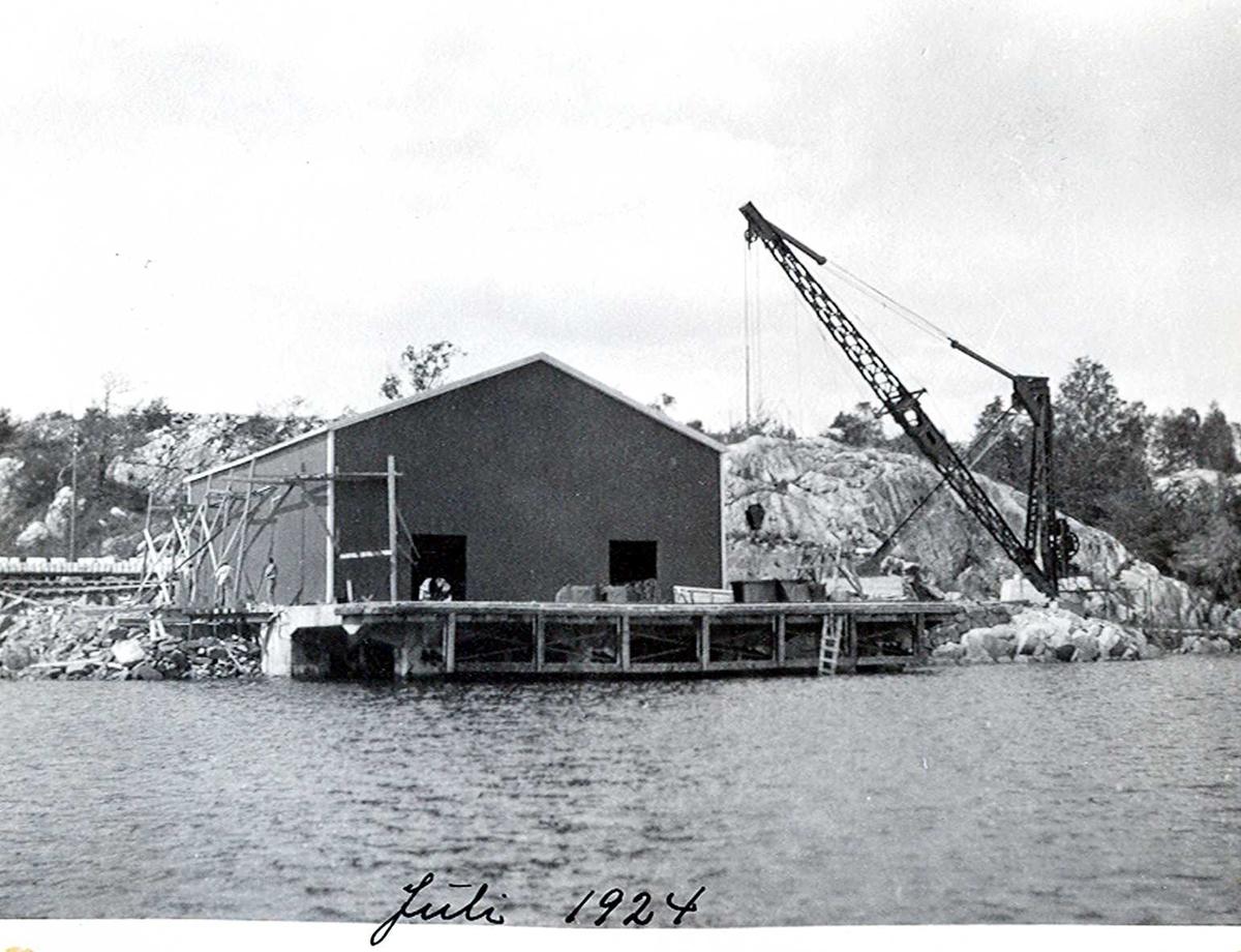 """""""xx/07-1924"""" Nitriden. Lagerbygning og kran på østre kai. Tromøysund i forgrunnen."""