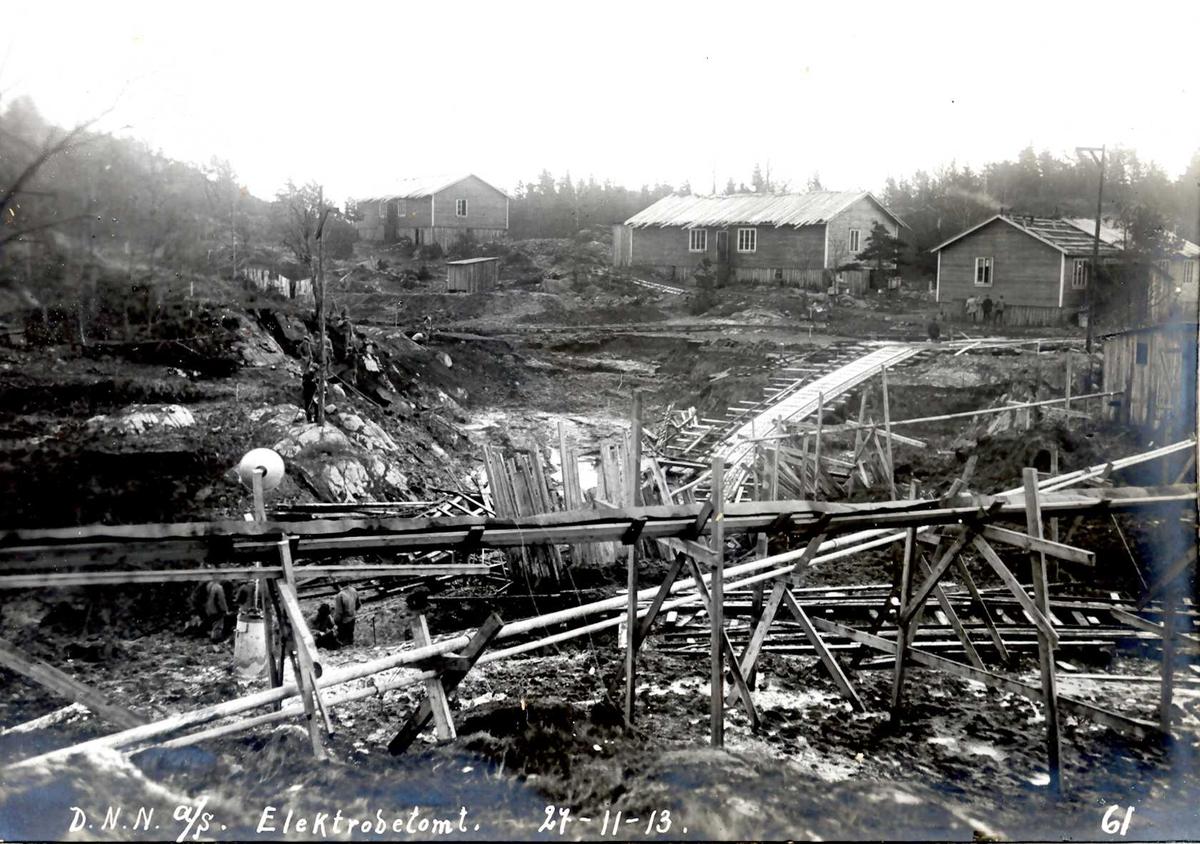"""""""27/11-1913"""" Nitriden. Tomt, grunnarbeider og forskalinger for elektrodefabrikken. Arbeidsbrakker."""