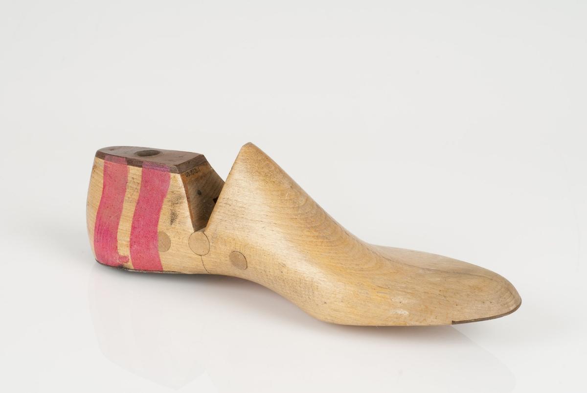 En tremodell: lest. Venstrefot. Ikke markert skostørrelse. Lestekam i skinn. Hælstykket og tåspring i metall.