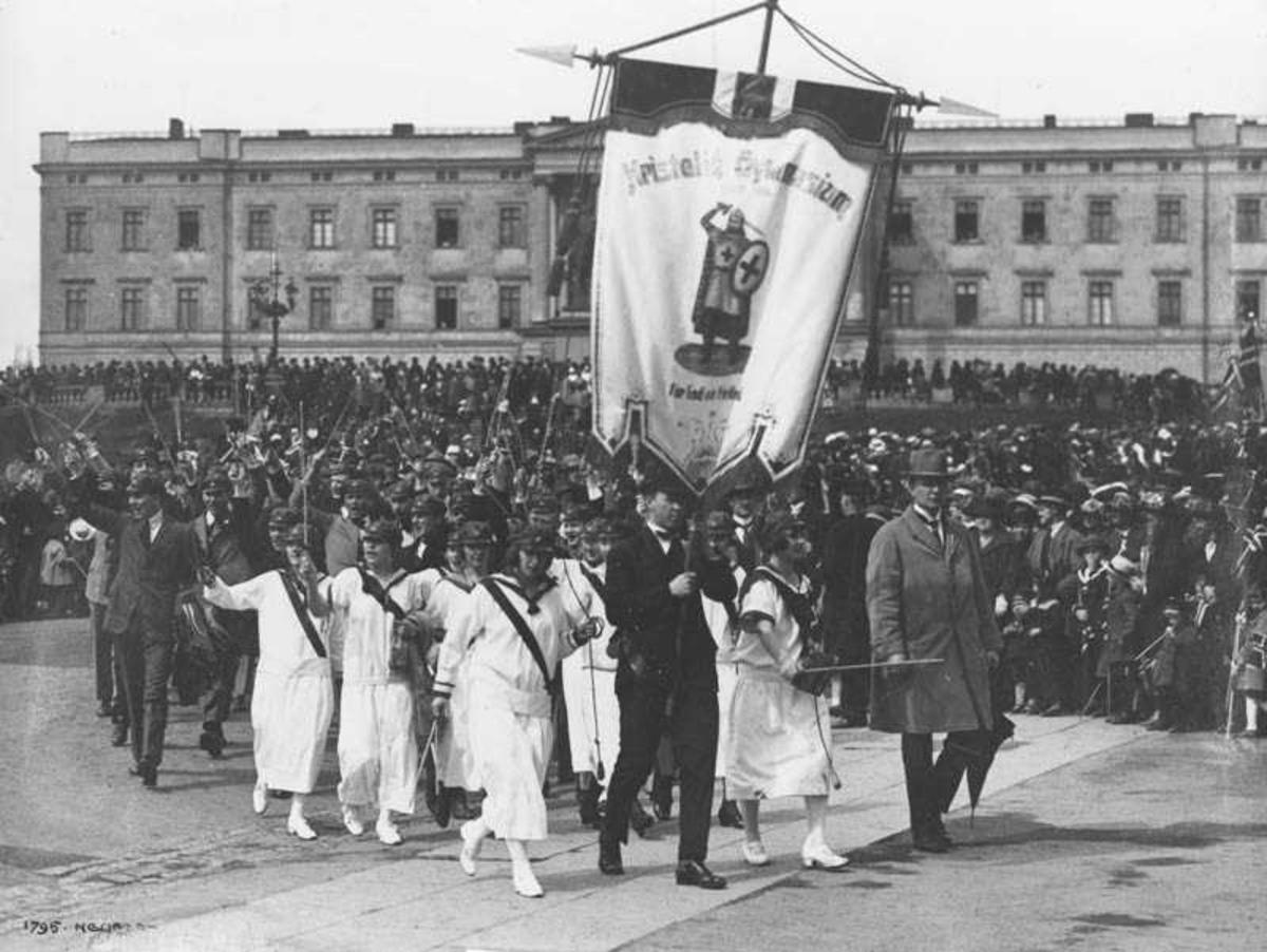 Kvakestad som russ i Oslo 1924. Han er fanebærer.