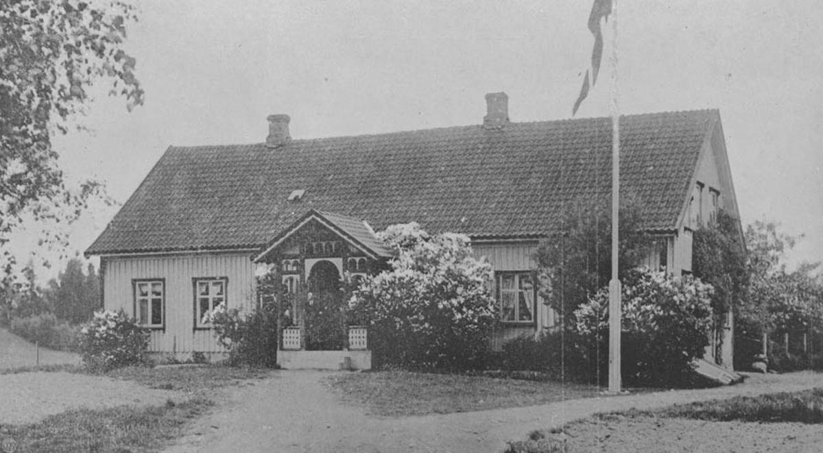 Brønnerud kommunelokale, skole og bank. Bygget 1848