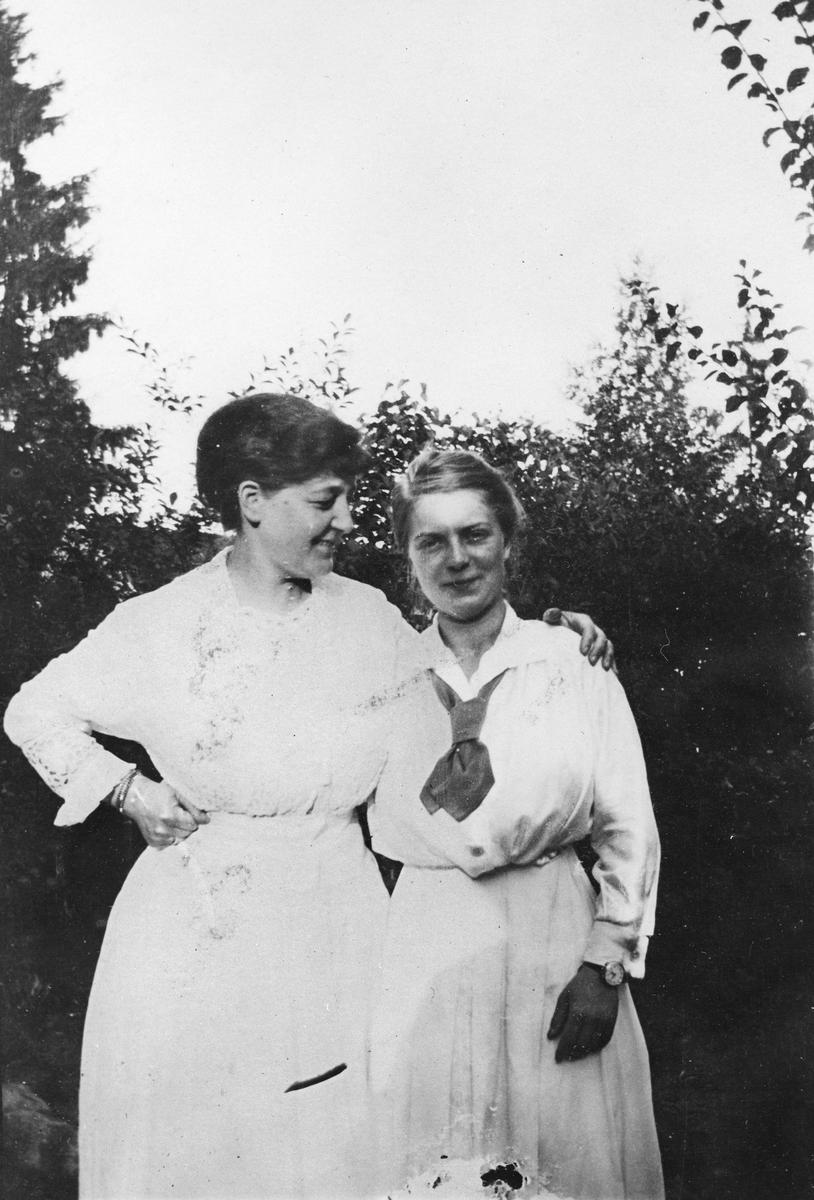 To damer i hagen.