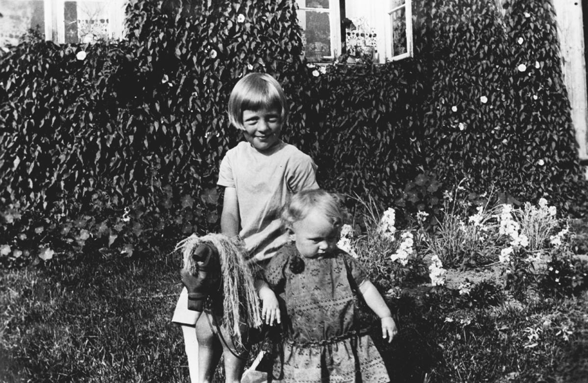 To barn med trehest.