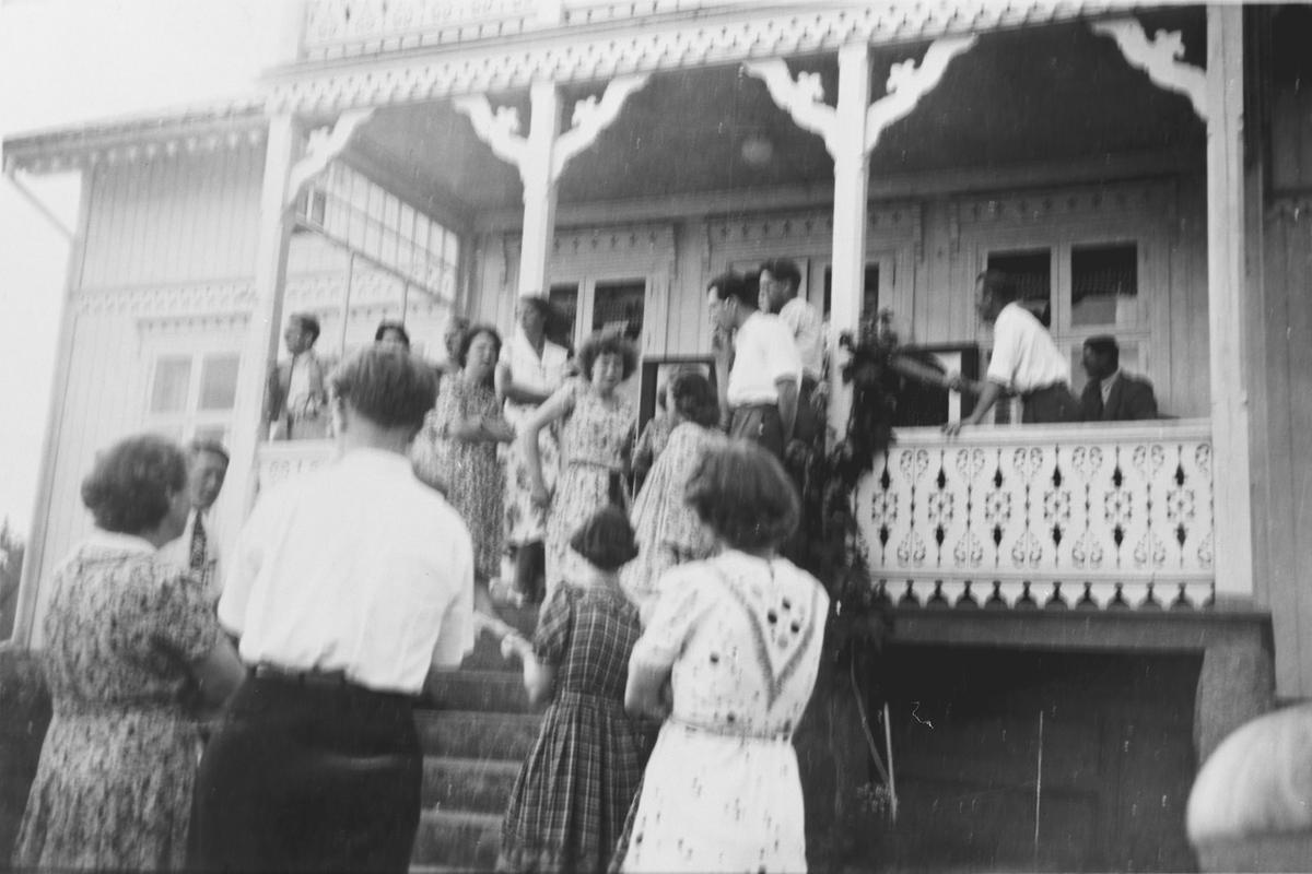 Familien Evensen samles for første gang etter krigen i august 1945 på Østenstad gård i Asker.