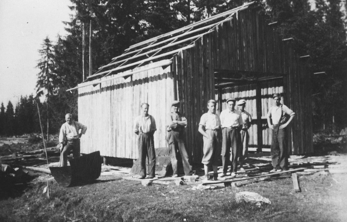 Skogbygdas treskelag bygger redskapshus.