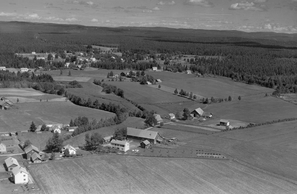 ULLENSAKER, Sørenstua gårdene med Nordbymoen i bakgrunnen.