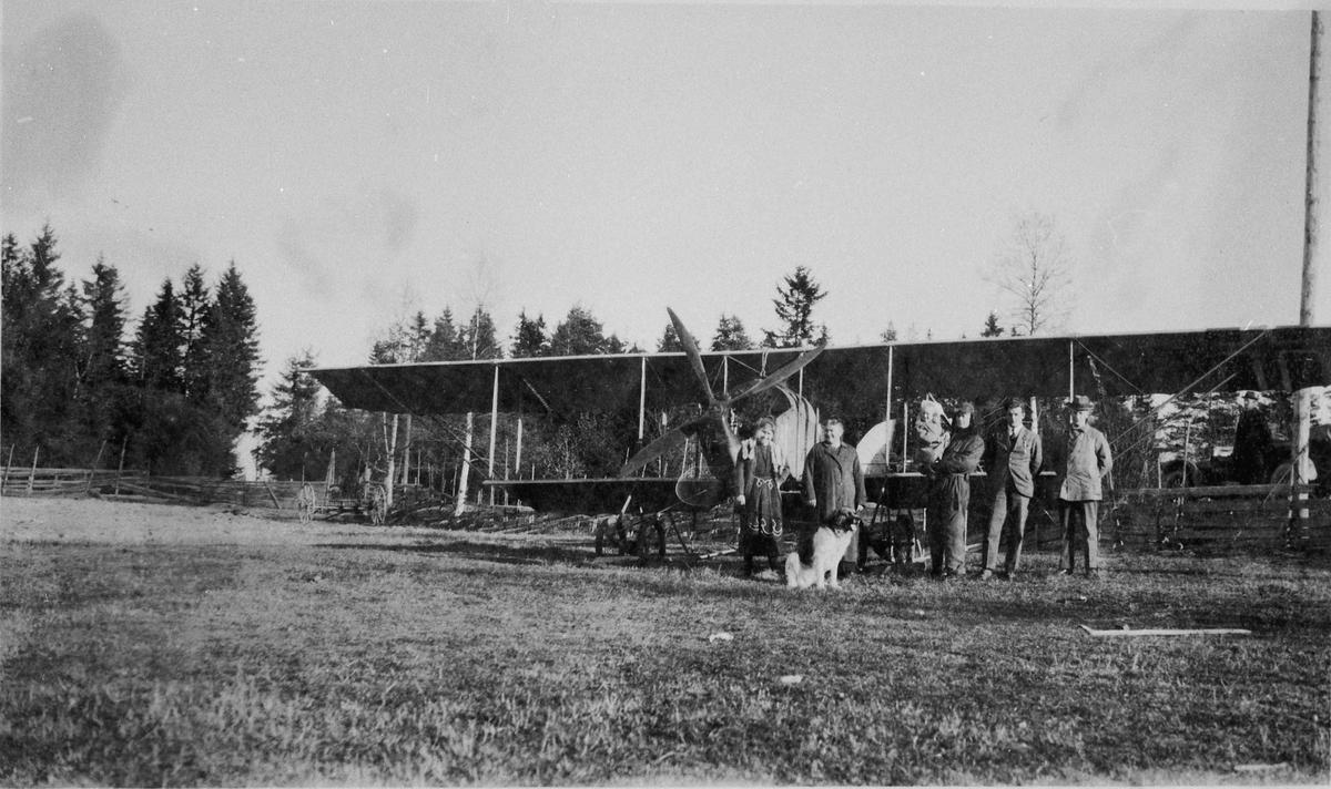 Fly av type dobbeldekker. På Johnsrudsletta 1922. Dagny, fru Nielsen, Bjarne, et barn og 2 andre menn.