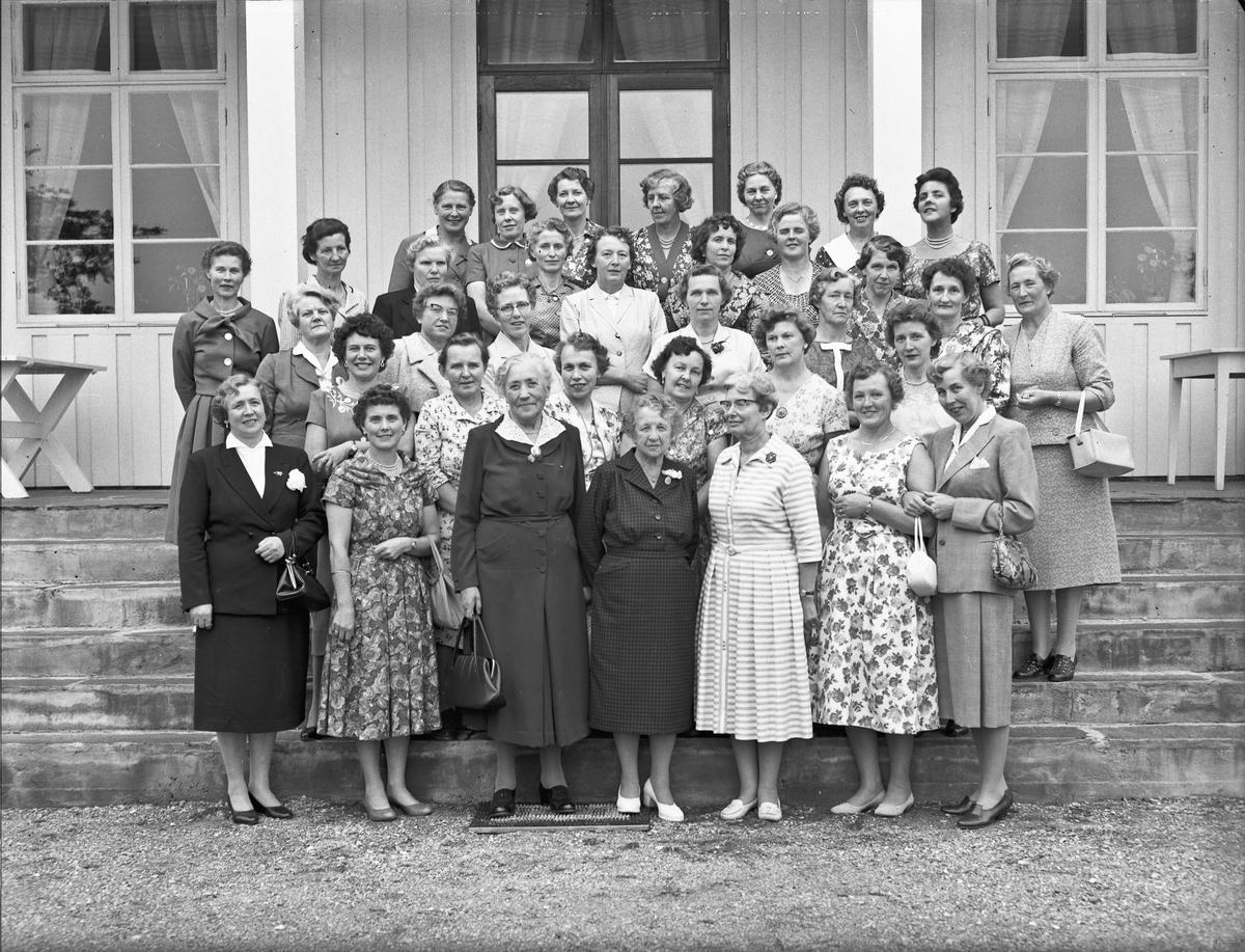 Gruppe kvinner. Helene Hval i midten foran. Sannsynligvis et jubileum på Akershus Fylkes Husmorskole.
