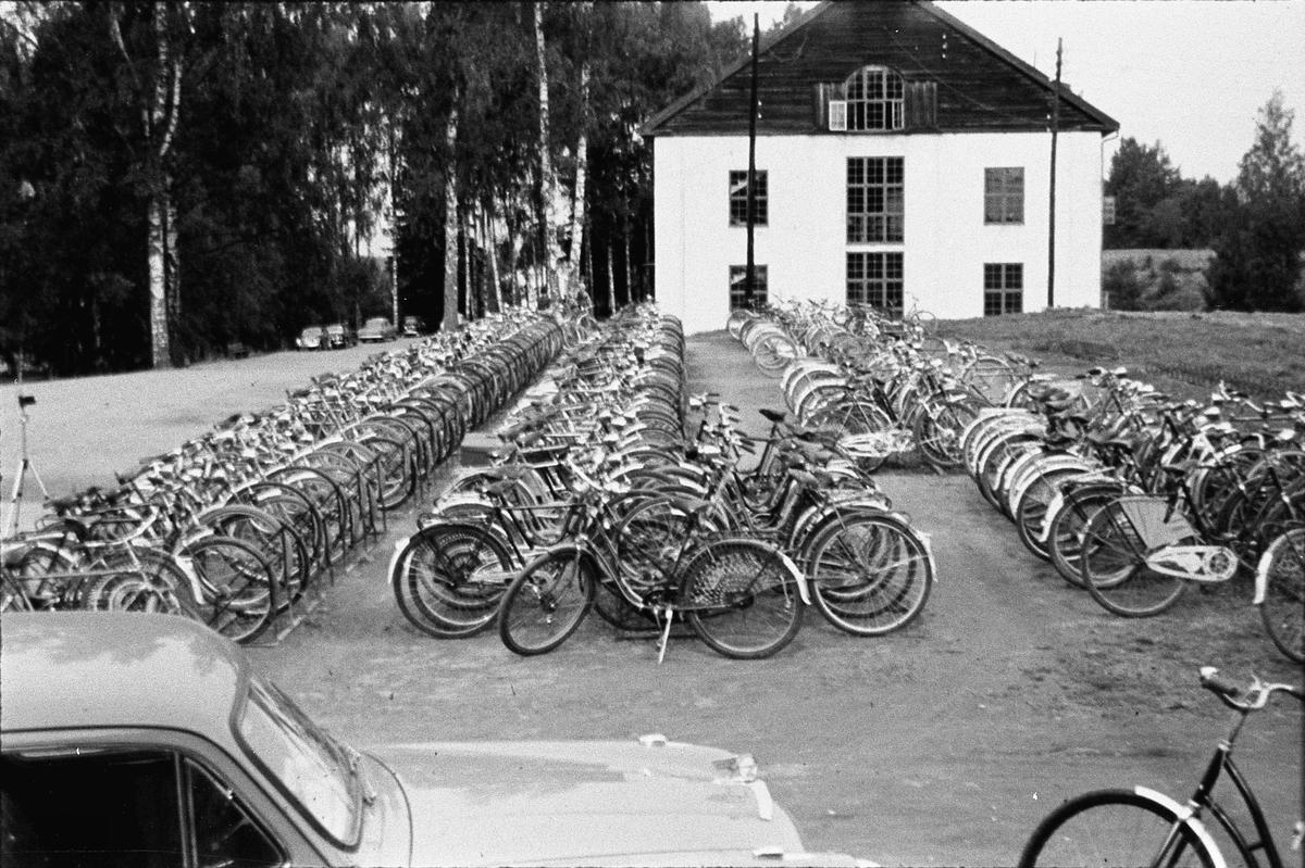 Stor samling av sykler. 50 - tallet. Eidsvoll landsgymnas.