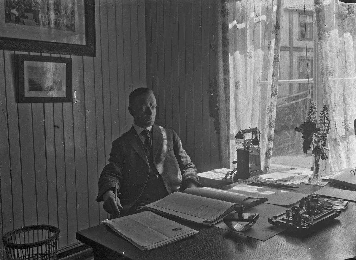 Portrett - mann på kontor