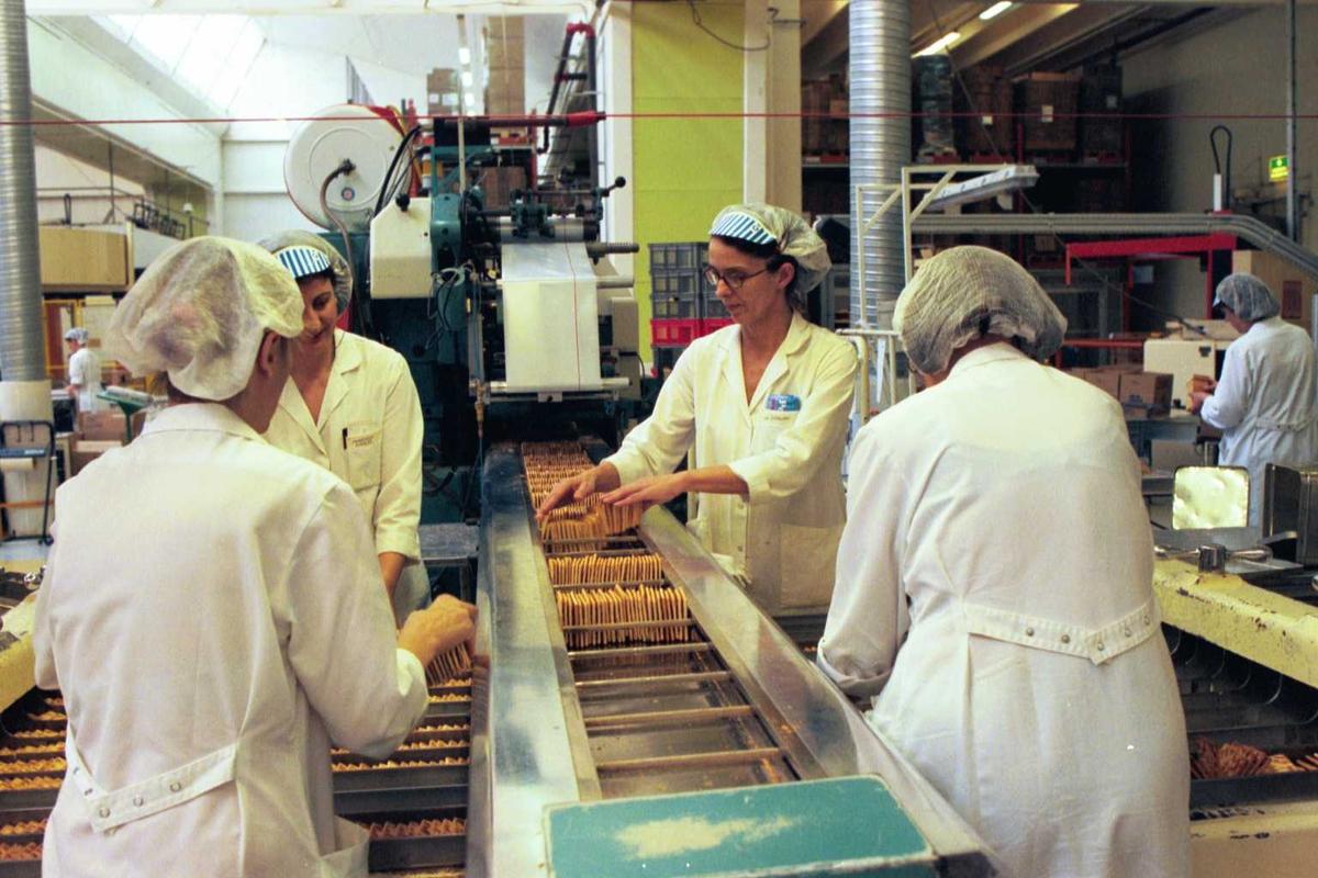 Cream Cracker, kjeks, maskiner, arbeidere, arbeidstøy, kvinner, fabrikkmiljø, pakkelag ved A-linja