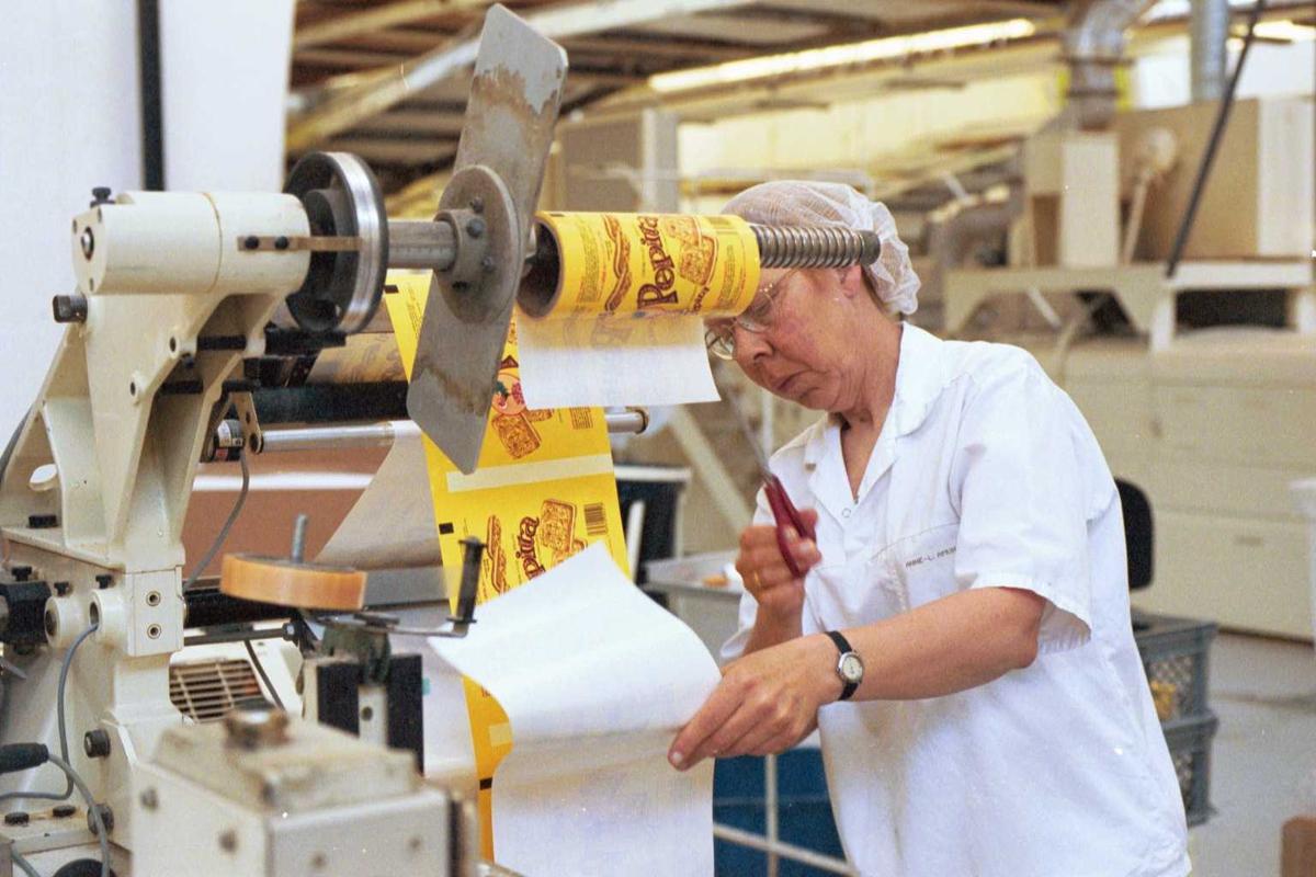 Pepitakjeks, arbeidere, kvinner, arbeidstøy, arbeidsmiljø, maskiner, fabrikkmiljø